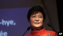 Tổng thống của Nam Triều Tiên Park Geun Hye đã nhiều lần từ chối các đề nghị mở cuộc họp song phương với Thủ tướng Nhật Bản