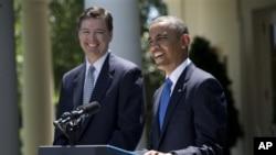 Ông Comey (trái) đứng cạnh tổng thống Obama tại Tòa Bạch Ốc, 21/6/2013.