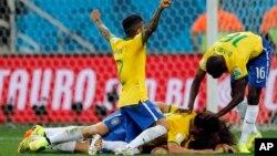 Cầu thủ Brazil vui mừng sau khi ghi bàn thắng thứ 3 trong trận mở màn tại sân vận động Itaquerao ở Sao Paulo, Brazil, 12/6/14