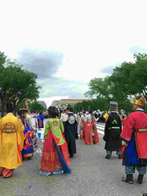 亚裔民众在华盛顿街头盛装游行。(美国之音拍摄)