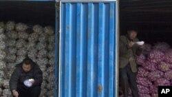 中国10月通胀率创25个月新高。在北京的一个蔬菜批发市场,蒜农一边吃午饭,一边等买主。