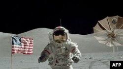 Phi hành gia Eugene Cernan, 1 trong 3 phi hành gia trong chuyến thám hiểm không gian Apollo 17. Các phi hành gia đã mang về một số mẫu đá mặt trăng