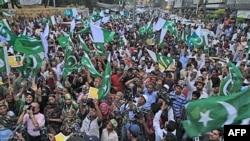 Những người dân Pakistan ủng hộ đảng cầm quyền biểu tình phản đối sau khi xảy ra vụ tấn công trúng các binh sĩ Pakistan