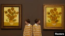 Jangan pakaikan anak kembar baju yang sama, atau memberi nama yang mirip, menurut ahli.