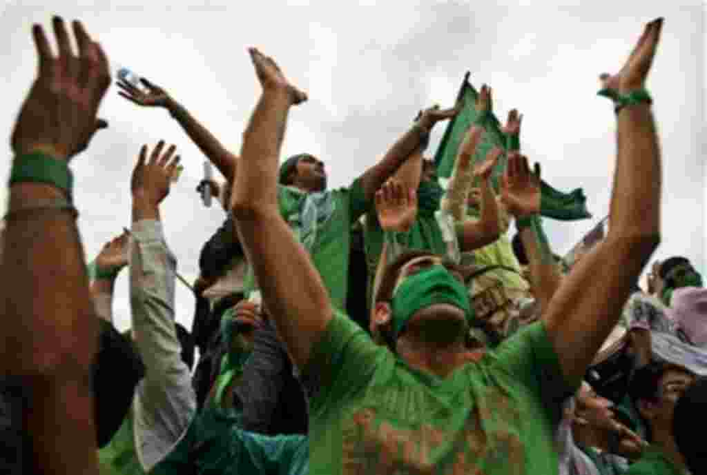 Supporters of reformist candidate for presidential elections Mir Hussein Mousavi chant slogans to support their candidate during the final rally on Azadi, freedom square in west Tehran, Wednesday, June 10, 2009. (AP Photo/Kamran Jebreili)