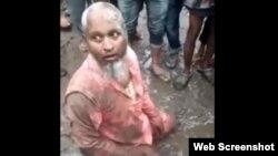 وائرل ویڈیو کے اس سکرین شاٹ میں شوکت علی کیچڑ میں لت پت سڑک پر بیھٹا ہے اور تشدد پر آمادہ ہجوم اس کے گرد جمع ہے۔ 9 اپریل 2019