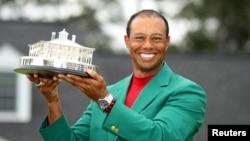 "Pegolf Tiger Woods ketika menjuarai turnamen golf ""Masters"" di Augusta, Georgia, 14 April 2019 (foto: dok)."
