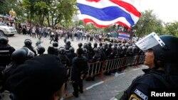 泰國防暴警察與抗議者發生衝突。