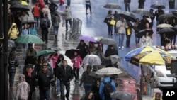 En Times Square, en Manhattan, turistas y residentes sufren las inclemencias del tiempo.