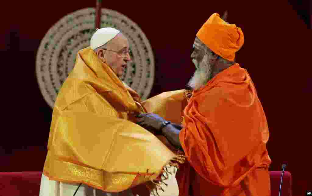 Sri Lankan Hindu priest Kurakkal Somasundaram (right) presents a shawl to Pope Francis during an interreligious meeting in Colombo, Sri Lanka, Jan. 13, 2015.