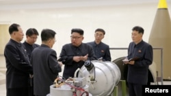 北韓領導人金正恩視察核設施。