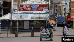La ville de Desaguadero, du côté bolivien de la frontière avec le Pérou, après l'annonce par le gouvernement péruvien de la fermeture de la frontière causée par la pandemie de Covid 19, le 17 mars 2020. (Photo Reuters/David Mercado)