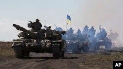 지난 10월 우크라이나 동부 도네츠크 인근에서 정부군 장갑차 대열이 이동하고 있다. (자료사진)