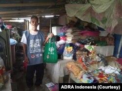 Simin (67) saat berada di rumahnya yang sederhana di Jalan Tangkasi, Palu Selatan, dengan tumpukan bahan makanan yang dibelinya menggunakan bantuan dari ADRA Indonesia, Senin, 27 April 2020. (Foto: ADRA Indonesia)