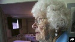 Alberta Kirkpatrick, 90 tahun, mengunjungi lagi tempat tinggalnya dulu semasa kanak-kanak di Shaker Village di Canterbury, New Hampshire. Tempat itu sekarang dijadikan museum (foto: Dok).