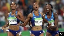 17일 브라질 리우올림픽 여자 육상 100미터 허들 경기에서 사상 처음으로 미국 선수들이 금, 은, 동메달을 모두 차지하는 기록을 세웠습니다. 금메달을 차지한 브리애나 롤린스(가운데)와 은메달의 니아 알리(오른쪽), 동메달의 크리스티 캐스틀린.