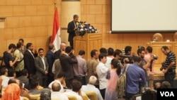 셰리프 파티 이집트 민간항공부 장관이 19일 카이로에서 열린 기자회견에서 여객기 추락 사건에 대해 설명하고 있다.