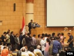 Bộ trưởng Hàng không Dân dụng Ai Cập Sherif Fathy trong một cuộc họp báo về tai nạn máy bay EgyptAir (VOA / Hamada Elrasm)