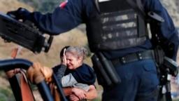 Rodeados por autoridades mexicanas fuertemente armadas, miembros de la familia LeBaron lloran en el sitio donde fueron asesinados nueve ciudadanos estadounidenses, tres mujeres y seis niños, relacionados con esa familia.