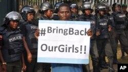 """Une manifestante avec le slogan """"Bring Back Our Girls"""" à Abuja, Nigeria, le 14 octobre 2014."""
