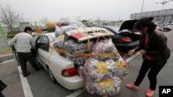 개성공단 잠정중단을 선언한 가운데, 8일 물건을 가득 싣고 돌아온 한국측 개성공단 근로자.
