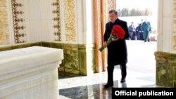 O'zbekiston Prezidenti Shavkat Mirziyoyev Islom Karimov qabrini ziyorat qilmoqda.