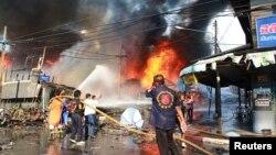 Tim SAR berupaya memadamkan api akibat ledakan bom di provinsi Yala, Thailand (Foto:dok).