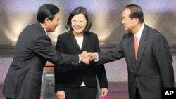 台灣總統參選人辯論前握手:馬英九(左)蔡英文(中)和宋楚瑜