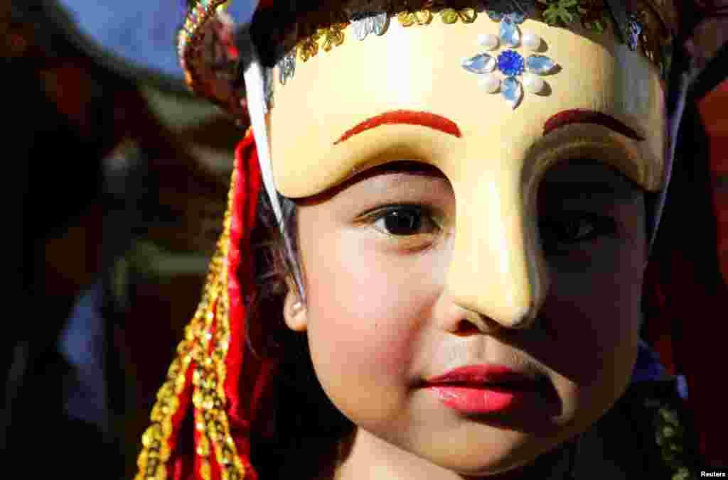 Filipinler'de Moriones adlı yerel bir ayin sırasında Filipinli kız