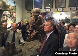 Ông Vũ Văn Lộc, bên trái, hướng dẫn phái đoàn thăm Bảo tàng Việt Museum ở San Jose (ảnh Bùi Văn Phú).