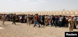 Các tình nguyện viên xếp hàng chờ gia nhập quân đội Iraq