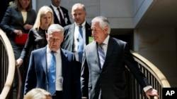 Menteri Luar Negeri Rex Tillerson, kanan, dan Menteri Pertahanan Jim Mattis tiba di Capitol Hill in Washington, 2 Agustus 2017 untuk memberikan taklimat kepada Komite Hubungan Luar Negeri Senat. (Foto:dok)