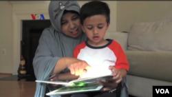 Mariana Syarif, atau Nana Tegal, dengan salah satu anaknya yang ia asuh untuk keluarga Omar.