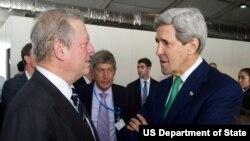 Sekretè Deta Kerry ap pale ak ansyen Vis Prezidan ameriken Al Gore anvan li te mete mesaj li devan delege kap patisipe nan Konferans sou Chanjman Klimatik yo nan Lima, Pewou. (Foto: 11 desanm 2014).