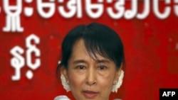 Bà Aung San Suu Kyi nói rằng việc giảm án chẳng có lợi gì cho các tù nhân chính trị, những người bị tuyên án tù dài hạn.