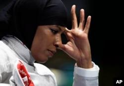 ປະຕິກິລິຍາ ຂອງ Ibtihaj Muhammad ຂອງສະຫະລັດ France ໃນກິລາຟັນດາບການສ່ວນຕົວ ໃນປີ 2016, ກິລາໂອລິມປິກລະດູຮ້ອນ ໃນນະຄອນ Rio de Janeiro, Brazil, 8 ສິງຫາ, 2016.