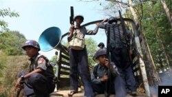 Cảnh sát Miến Ðiện tuần tra trong thị trấn Okpo, 120 km từ Yangon.