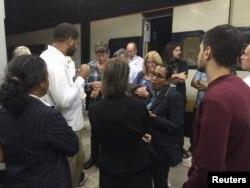 Một nhân viên Eurostar (giữa) nói chuyện với hành khách bức xúc và phẫn nộ vì các chuyến tàu bị đình trệ đêm hôm 1/9/2015.