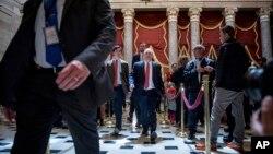 4일 오바마케어 대체 법안 표결 후 의원들이 의회 건물을 빠져나오고 있다.