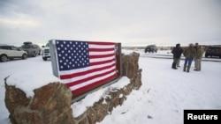 俄勒冈州联邦政府野生动物中心入口标志被美国国旗覆盖