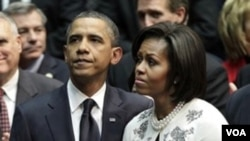 Presiden Amerika Barack Obama dan Michele Obama saat menghadiri upacara di University of Arizona untuk mengenang para korban penembakan.