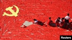 中国山东省临沂的学生们在地上用红领巾拼出中国共产党党旗。(2017年9月13日)