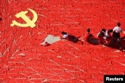 중국 산둥성 린이의 한 초등학교에서 당대회 개막을 앞두고 학생들이 붉은 스카프로 중국 국기인 오성홍기를 만들고 있다.