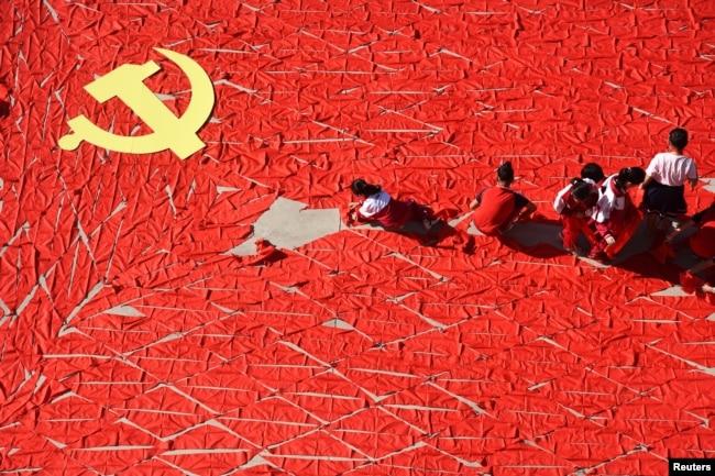 在中共十九大之前,中國山東省臨沂一所小學的學生用紅領巾組成中共黨旗(2017年9月13日)