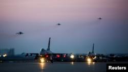 지난해 4월 '맥스선더' 미·한 공군연합훈련에 참가한 미 공군 F-16 '파이팅 팰컨' 전투기와 미 해병대 AV-8B '해리어' 전투기가 군산 공군기지에서 이륙하고 있다.
