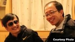 胡佳(右)与陈光诚在北京某地(资料照片)