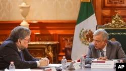 Jaksa Agung AS William Barr (kiri) berbincang dengan Presiden Meksiko Andres Manuel Lopez Obrador di Istana Nasional di Mexico City, 5 Desember 2019. (Foto: Biro Setpres Meksiko via AP)