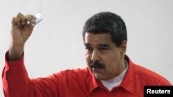 委内瑞拉总统马杜罗展示他在周日制宪大会选举中投下的选票。(2017年7月30日)
