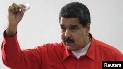 니콜라스 마두로 베네수엘라 대통령이 30일 카라카스의 한 투표소에서 제헌의회 선거에 투표하고 있다.