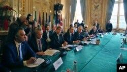 Ngoại trưởng Hoa K John Kerry (thứ ba bên trái) và Ngoại trưởng Pháp Jean-Marc Ayrault, tham dự một cuộc họp với những người đồng cấp về vấn đề Syria, Paris, thứ Bảy ngày 10 tháng 12 năm 2016.